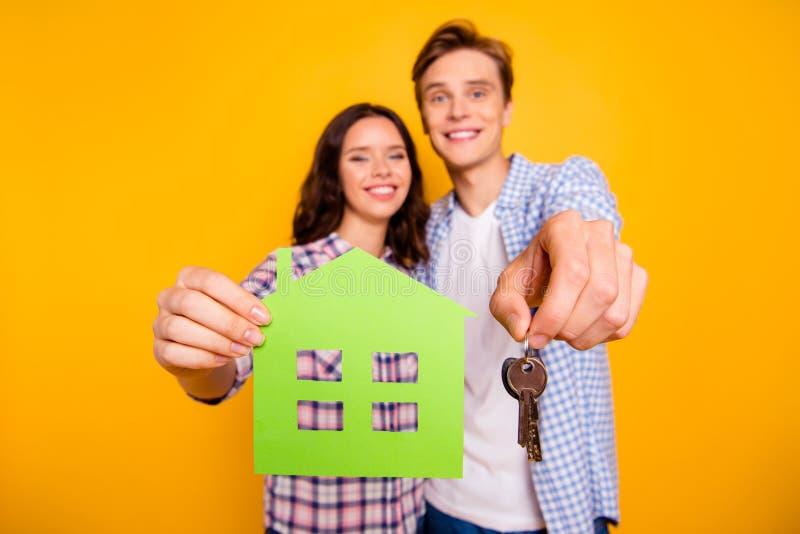 Близкое поднимающее вверх фото 2 маклеров он он его она ее мальчик дамы с удовольствием смотря дающ новые домашние ключи в самый  стоковое изображение rf