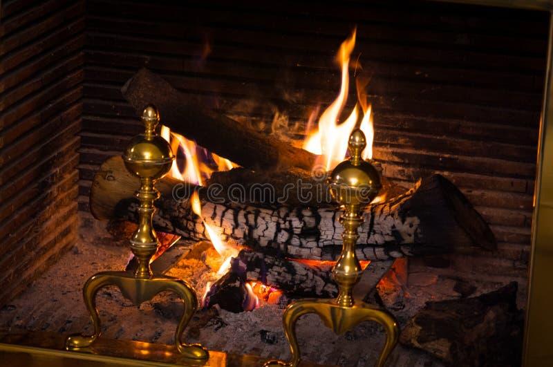 Близкое поднимающее вверх фото реального открытого деревянного огня в уютном камине дома в зиме стоковая фотография