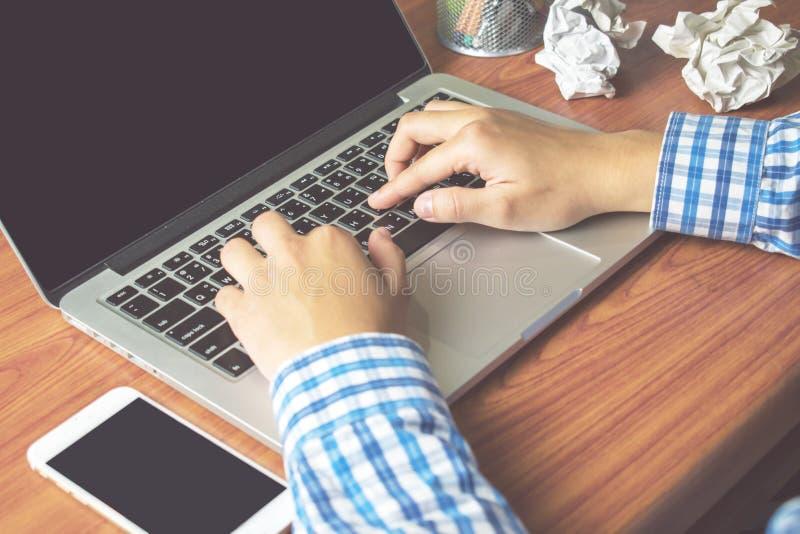 Близко вверх, азиатский деятельность striped рубашки человека нося шотландская голубая на компьютере стоковая фотография rf