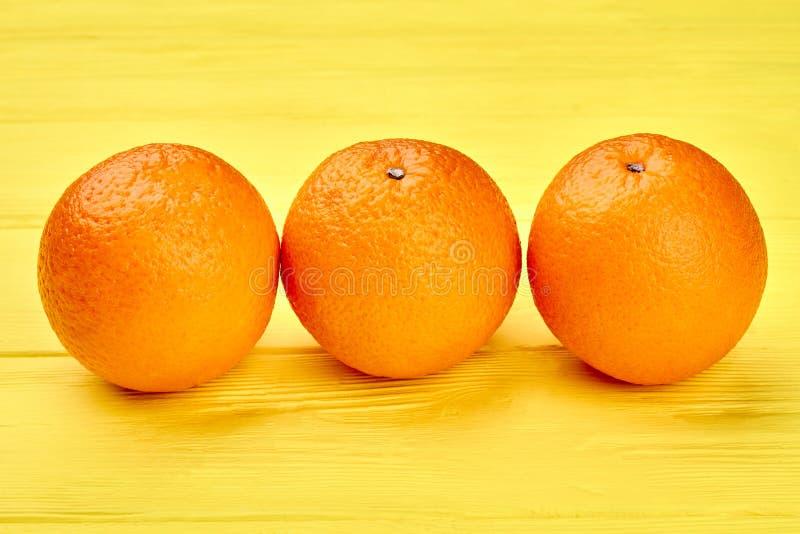 Близко вверх по 3 зрелым плодам апельсинов стоковые фото