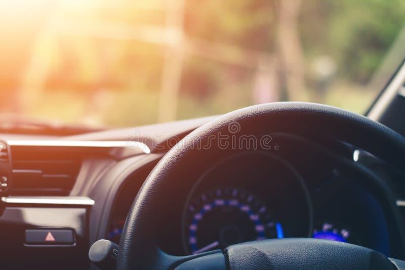Близко вверх, руль автомобиля на месте водителя стоковое фото rf