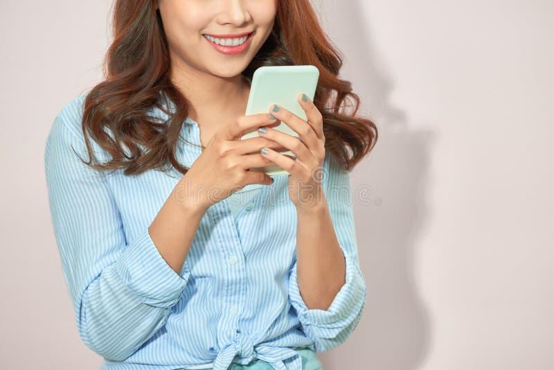 Близко вверх телефона обнесенное решеткой места в суде рук женщины с пустым scree космоса экземпляра для вашего рекламируя тексто стоковые изображения rf