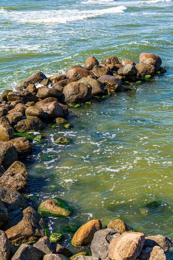 Близко к водолазу, сделанному из гигантских валунов, Балтийского моря, в Паланге стоковая фотография