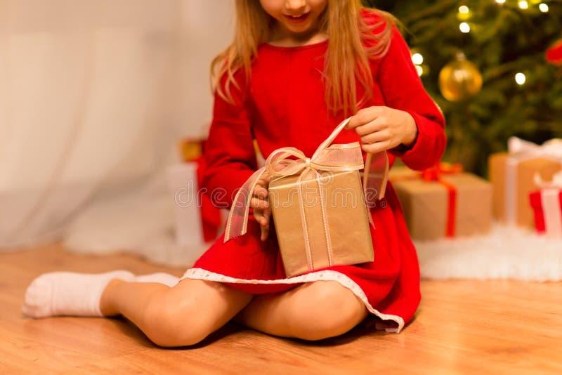 Близко к девушке с подарком на Рождество дома стоковые фотографии rf