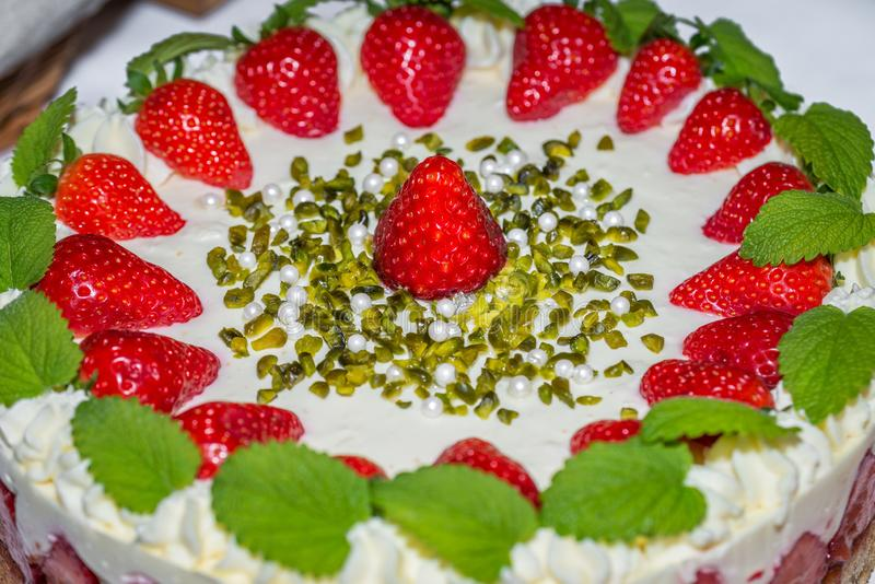 Близко к клубничному торту, украшенному свежей клубникой, Германия стоковые фотографии rf