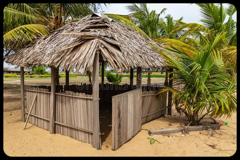 Близко к расположенной в море хижине на пляже Аволово Лекки Лагос Нигерия стоковые фотографии rf