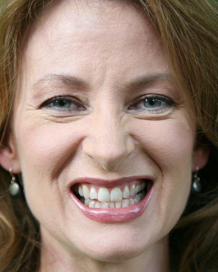 близко gritting ее зубы поднимите женщину стоковые фото