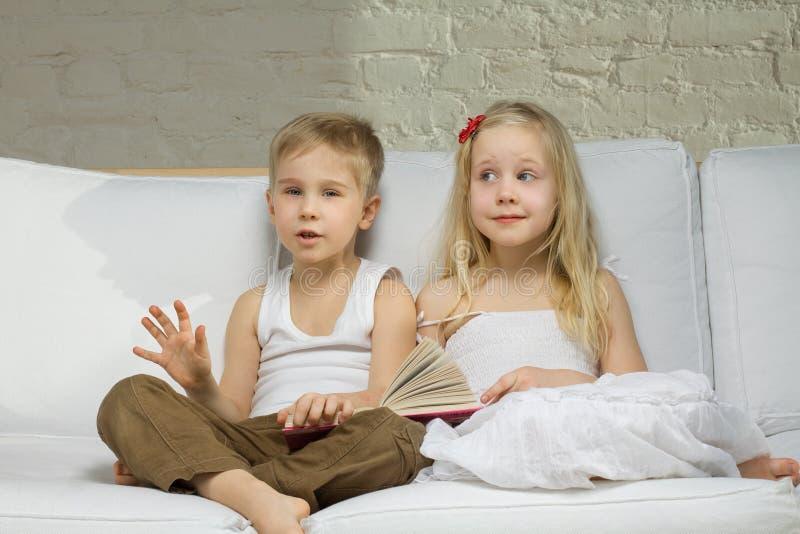 близнецы детей ся стоковые фотографии rf