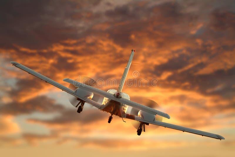 близнец летания самолетного двигателя стоковые фотографии rf