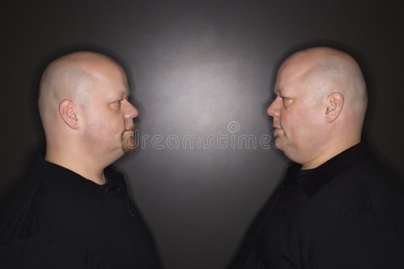 близнец людей вытаращась стоковая фотография