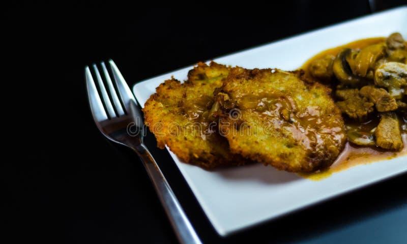Блинчики картошки с пряным тушёным мясом, очень вкусным традиционным блюдом, гунном стоковая фотография rf