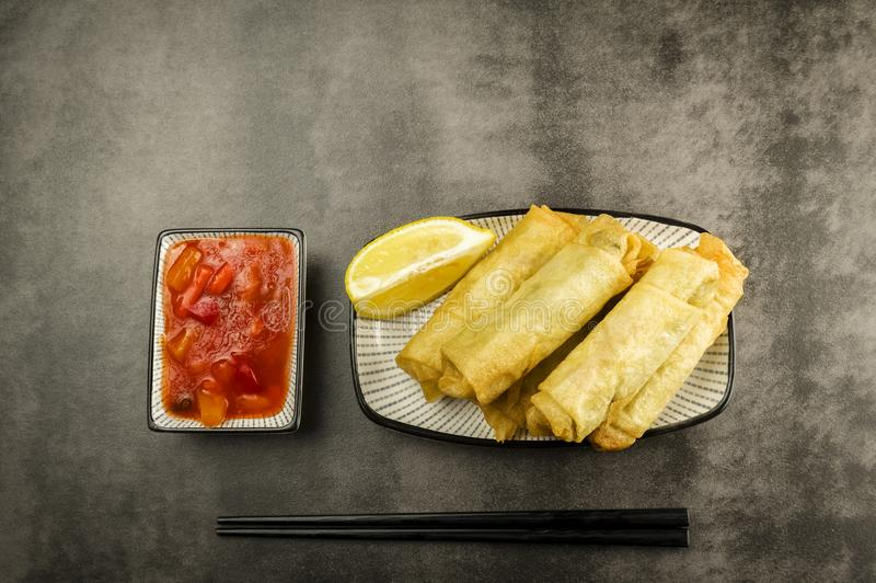 Блинчики с начинкой, палочки и соус стоковое изображение