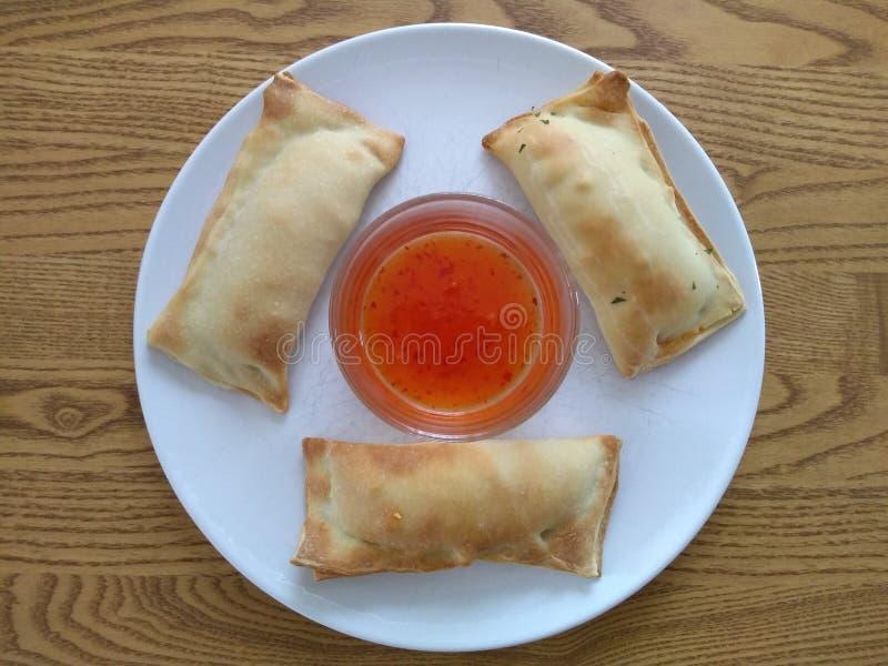 Блинчики с начинкой со сладким соусом chili стоковые изображения