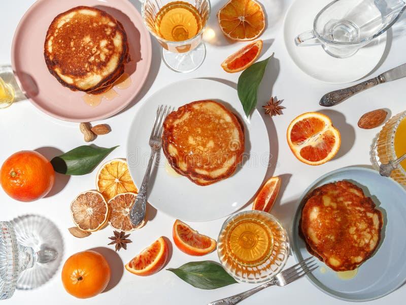 Блинчики с плодом, медом, гайками Концепция очень вкусного взгляда сверху завтрака стоковые фотографии rf