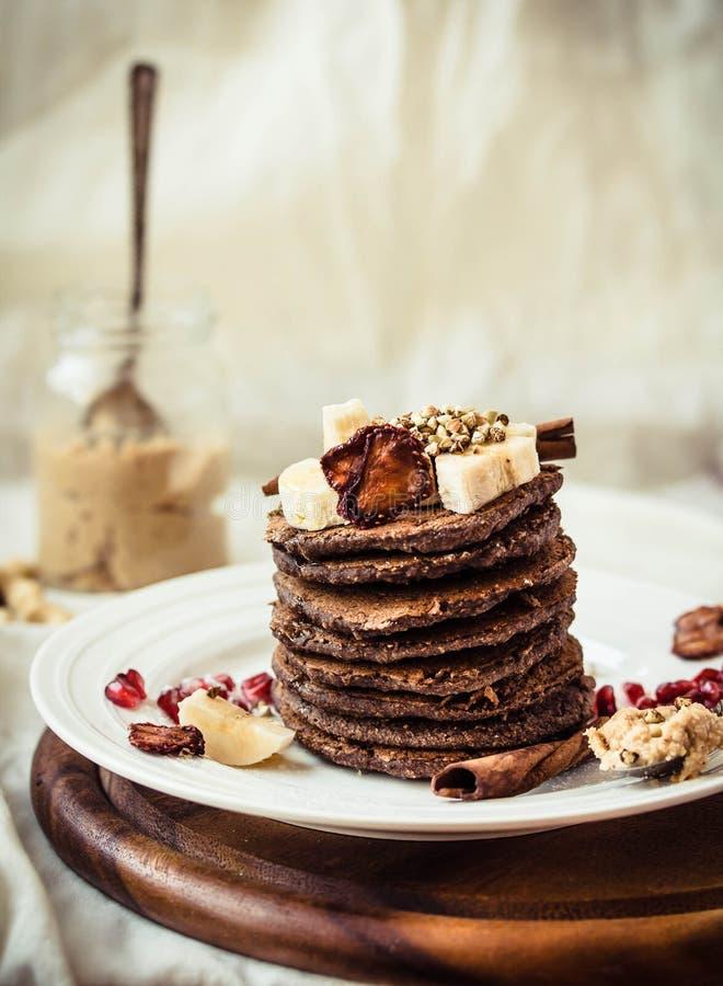 Блинчики шоколада с бананом, арахисовым маслом, циннамоном и mapl стоковое фото