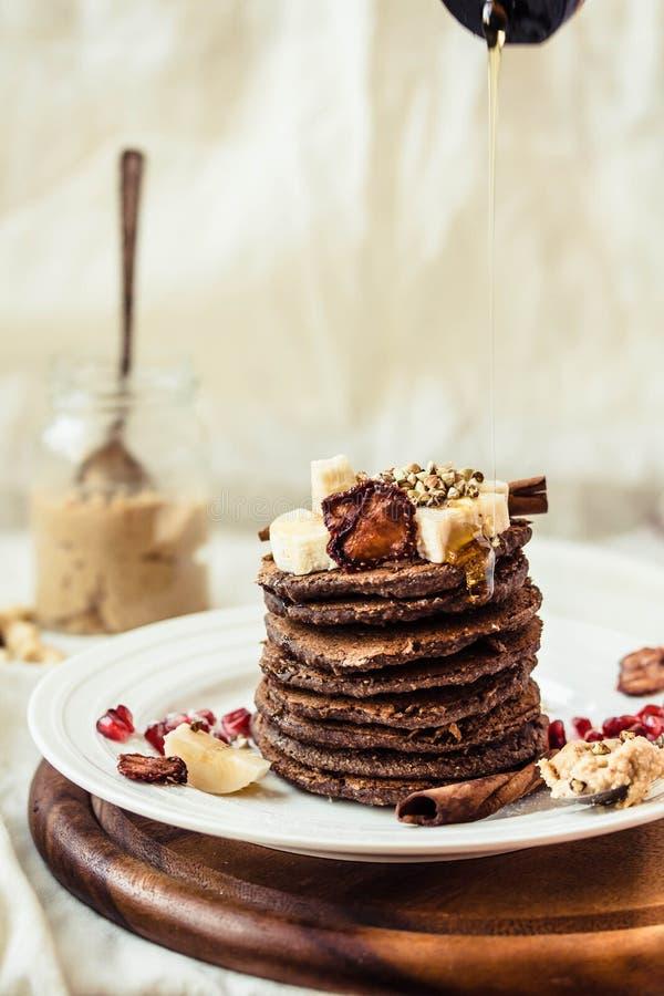 Блинчики шоколада с бананом, арахисовым маслом, циннамоном и mapl стоковая фотография