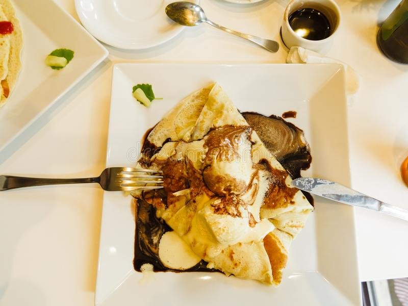 Блинчик с соусом мороженого и шоколада стоковые изображения