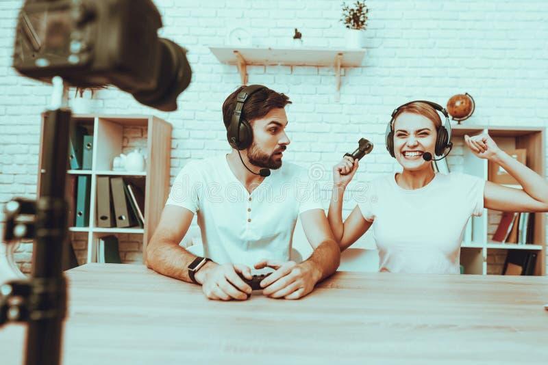 Блоггеры играя видеоигру на консоли стоковая фотография