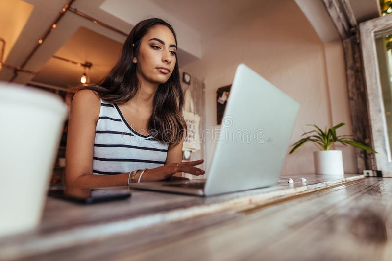 Блоггер женщины на работе на ее портативном компьютере стоковое фото rf