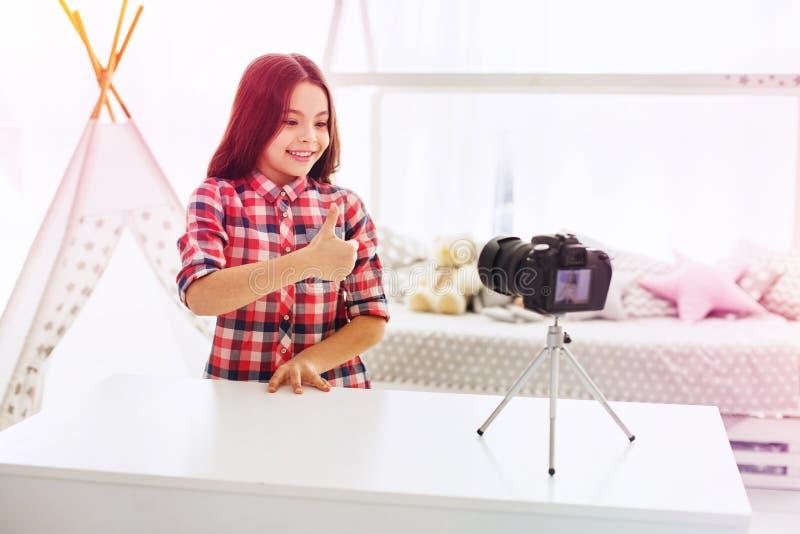 Блоггер маленьких ребят рекомендуя ее новые игрушки ее следующие снимая видео стоковая фотография