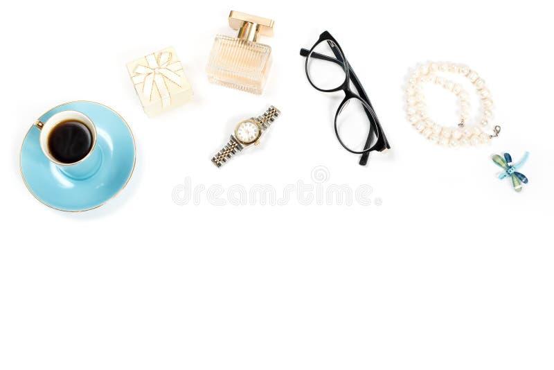 Блоггер моды возражает плоско положение Продукты красоты, чашка чая и стильные женские аксессуары на белой предпосылке стоковая фотография