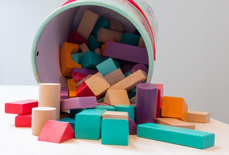 Блоки игрушек, multicolor деревянные кирпичи, части игры здания детей красочные детей организуют игрушку стоковая фотография