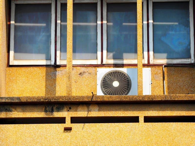 Блоки компрессора кондиционера на открытом воздухе стоковые фото