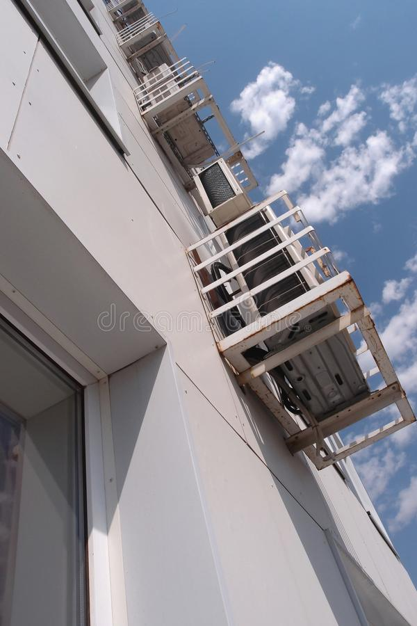 Блоки кондиционирования воздуха вне здания стоковые изображения rf