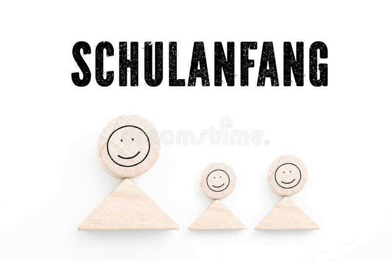 Блоки символизируя родителя с детьми и немецкого ` предложения назад к ` школы стоковое изображение rf