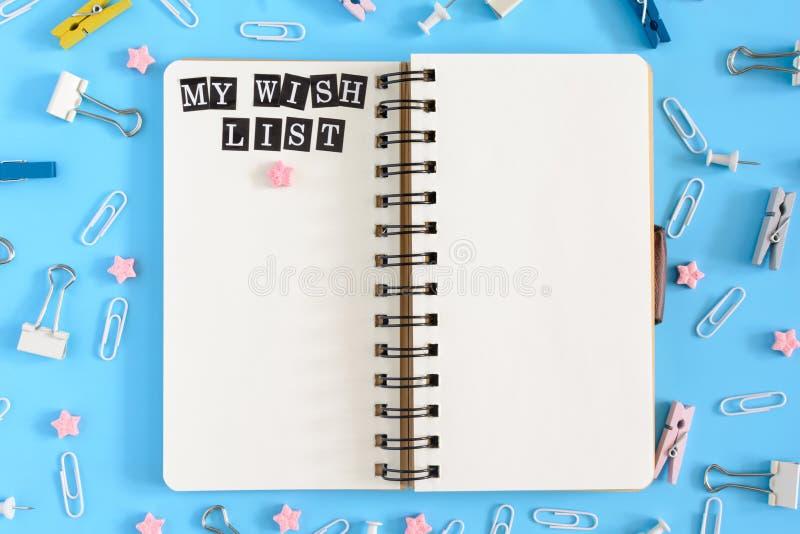 Блокнот на веснах с надписью мои страницы списка целей белой бумаги Канцелярские принадлежности в разладе на голубой предпосылке стоковая фотография