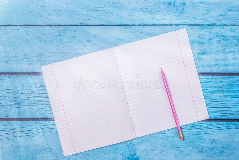 Блокнот с карандашем на деревянной предпосылке доски используя обои для образования, фото дела Примите примечание продукта для стоковые фото