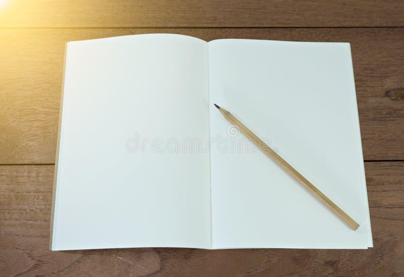 Блокнот с карандашем на деревянной таблице стоковое фото rf