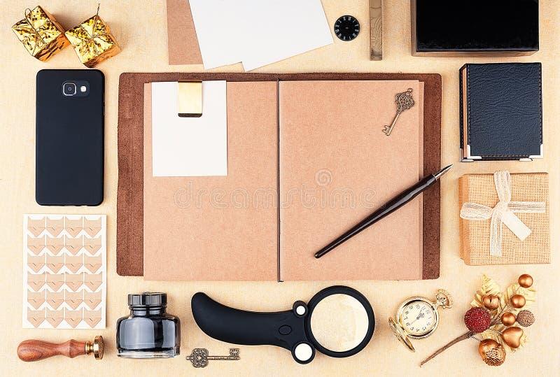 Блокнот Open работая с коричневой бумагой kraft стоковое изображение