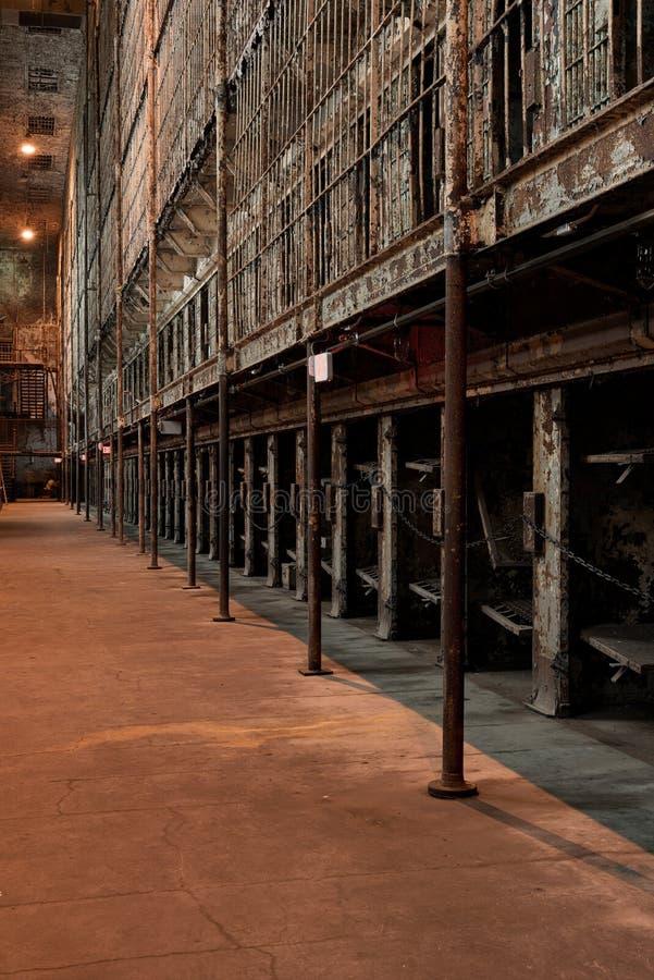 Блок Железных клеток, брошенный в тюрьму, - исправительная тюрьма штата Огайо - Мансфилд, Огайо стоковая фотография rf