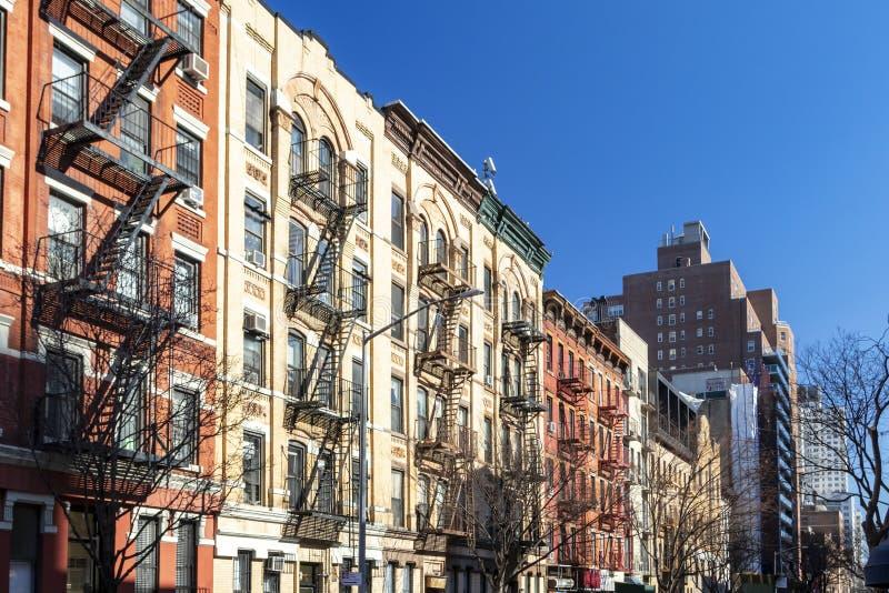 Блок красочных старых зданий с ясной предпосылкой голубого неба в верхнем Ист - Сайде Манхэттена в Нью-Йорке стоковые фото
