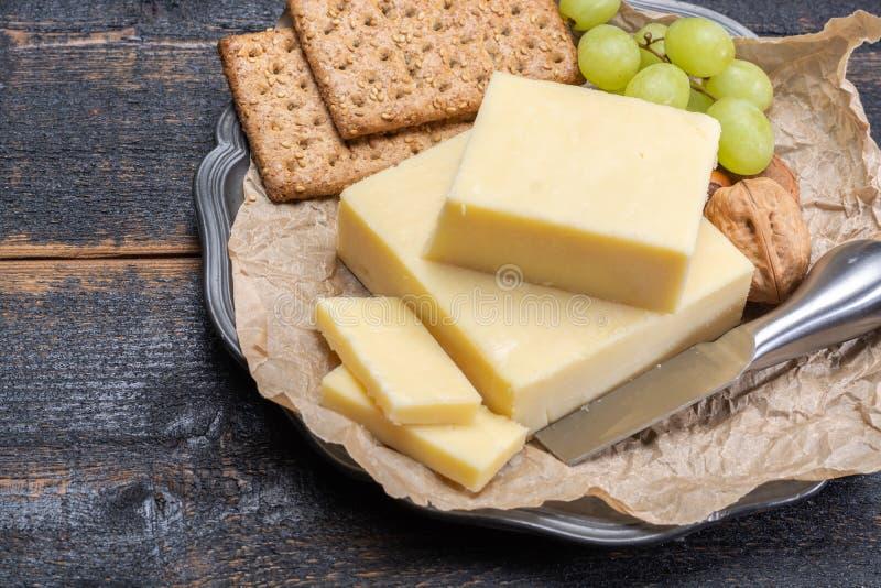 Блок постаретого сыра чеддера, самый популярный тип сыра внутри стоковое фото