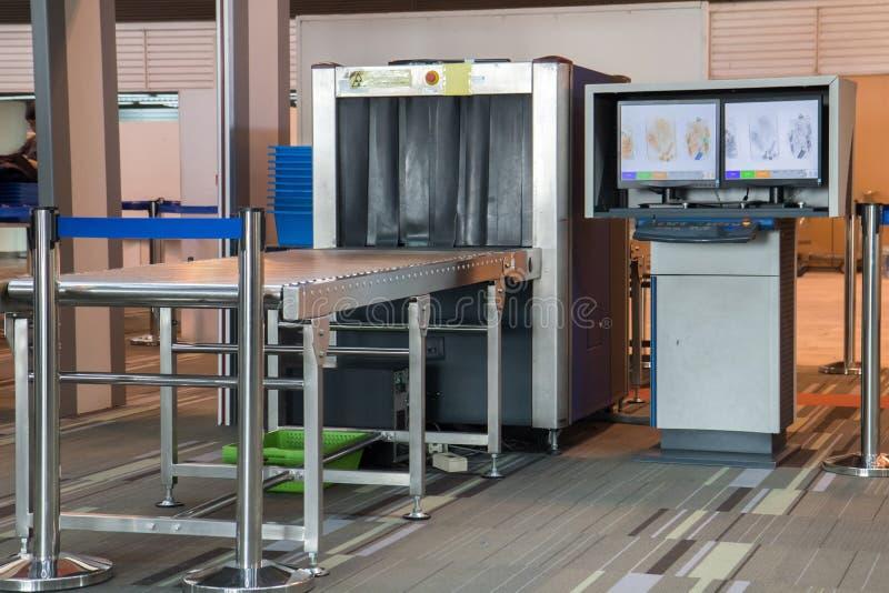 Блок развертки рентгеновского снимка на контрольно-пропускном пункте службы безопасности аэропорта стоковая фотография