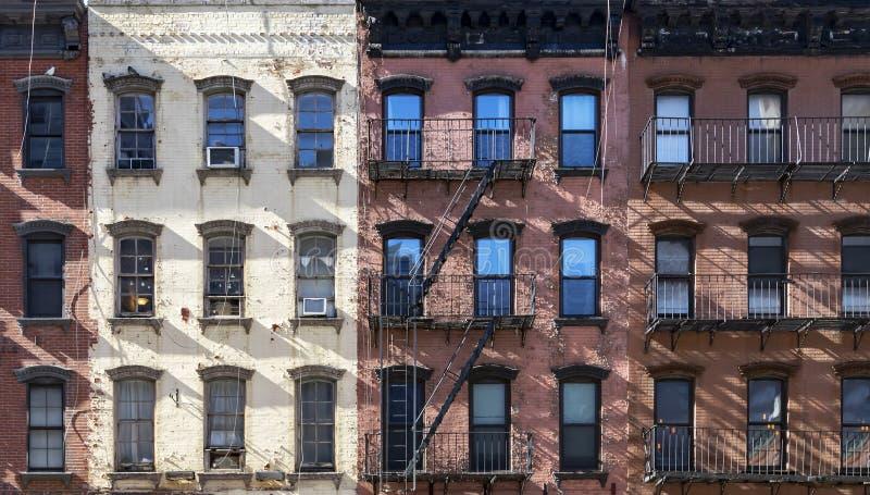 Блок старых жилых домов в верхнем районе Ист - Сайда Манхэттена Нью-Йорка стоковое фото rf