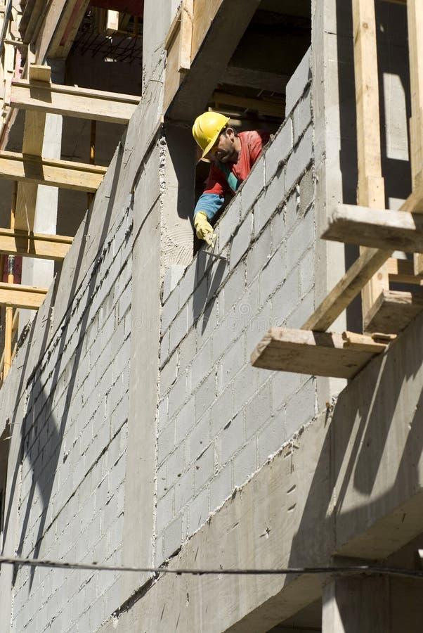 блок строит стену вертикали человека гари стоковое фото