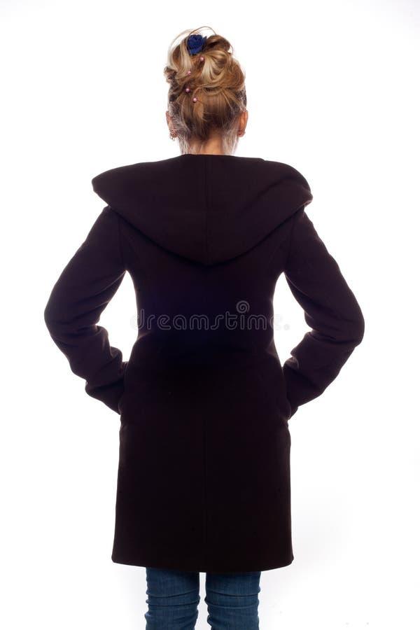 Блондинка в коричневом пальто с кнопками стоковое фото rf