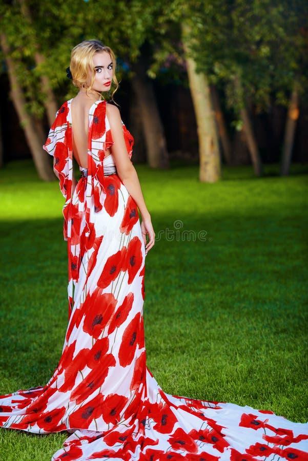 Блондинка в парке лета стоковое изображение
