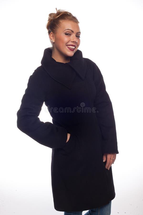 Блондинка в черном пальто с большим воротником стоковое изображение rf