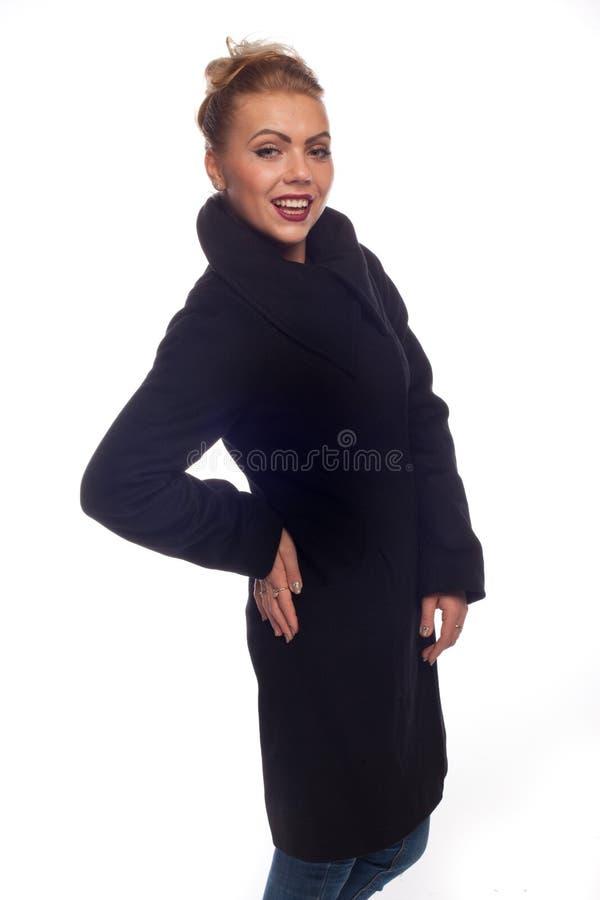 Блондинка в черном пальто с большим воротником стоковое фото rf