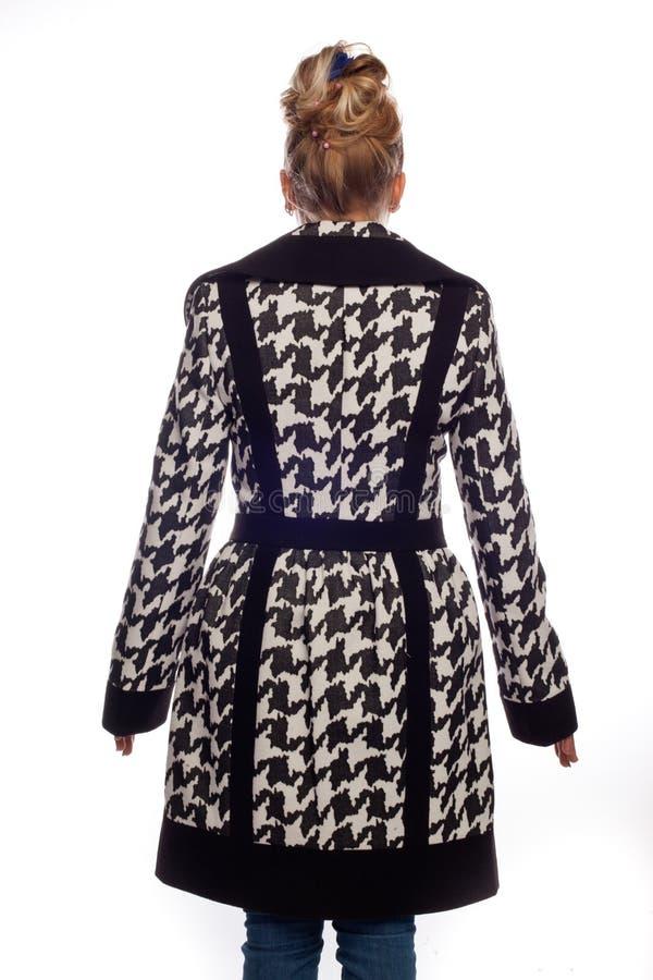 Блондинка в черно-белом пальто с большим воротником стоковая фотография