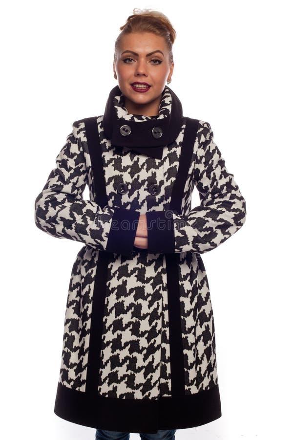 Блондинка в черно-белом пальто с большим воротником стоковое фото rf