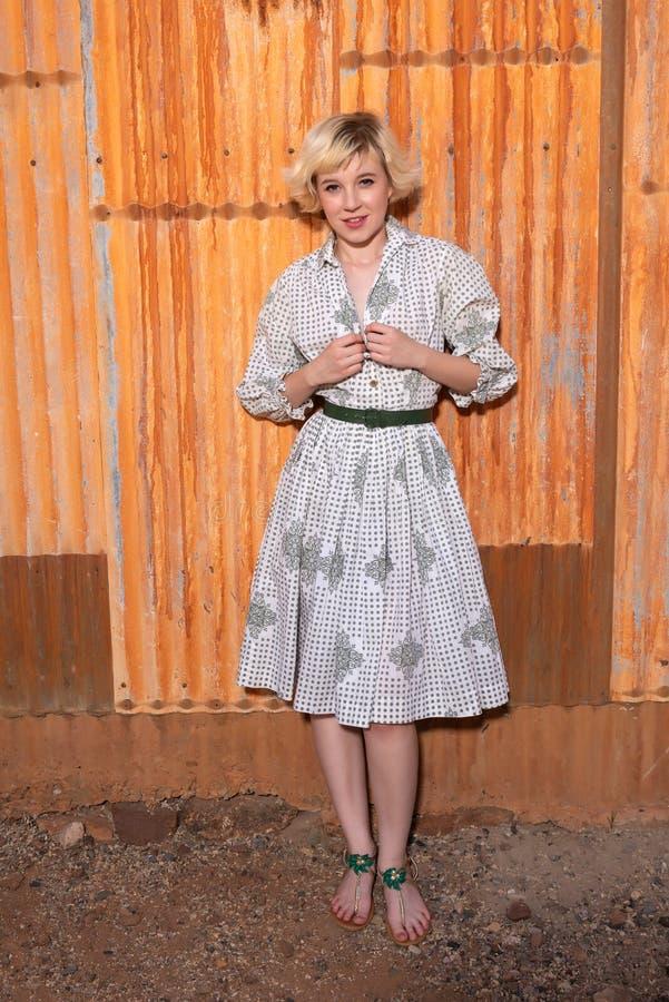 Блондинка в housedress стоковые фотографии rf