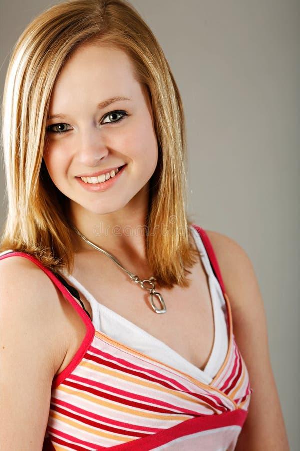 блондинка довольно предназначенная для подростков стоковые изображения rf