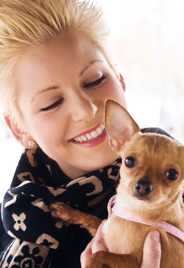 блондинка ее щенок стоковое фото