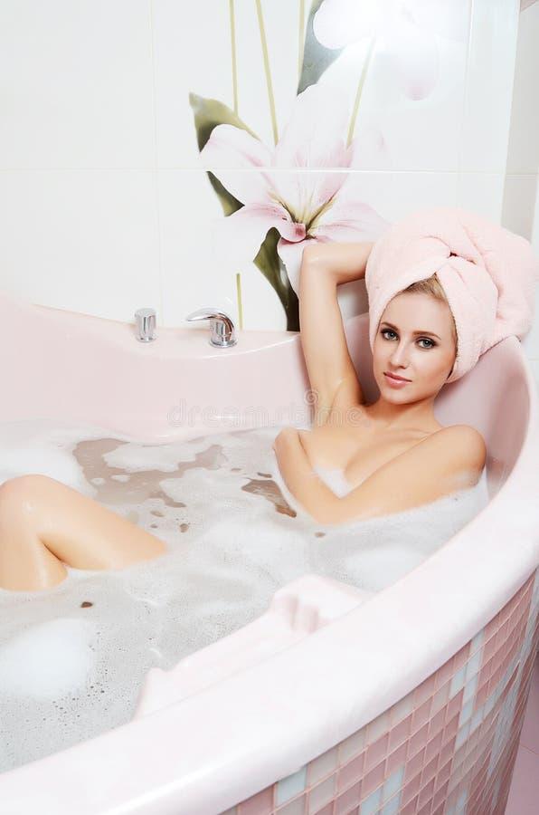 Скачать в ванной блондинка