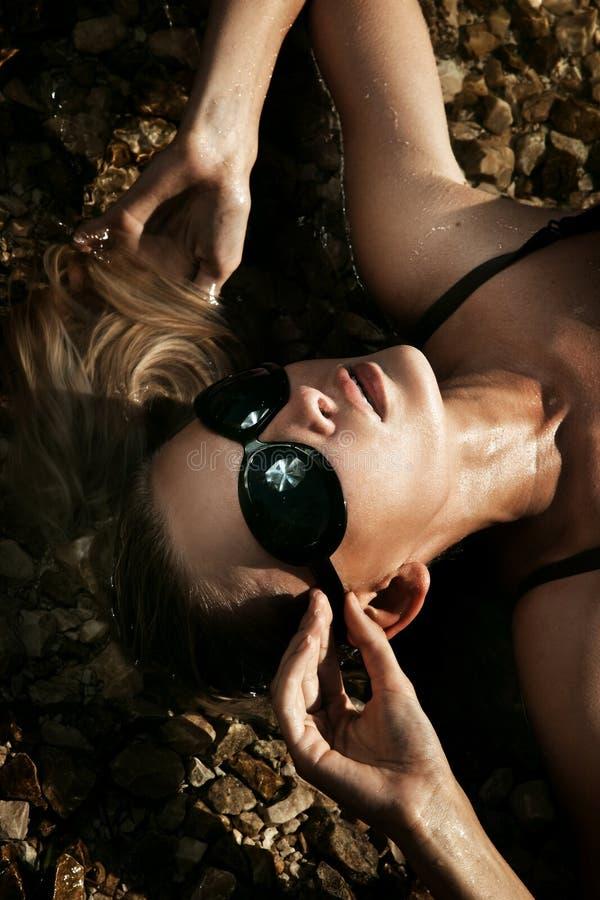 блондинка кладя сексуальных детенышей воды стоковая фотография rf